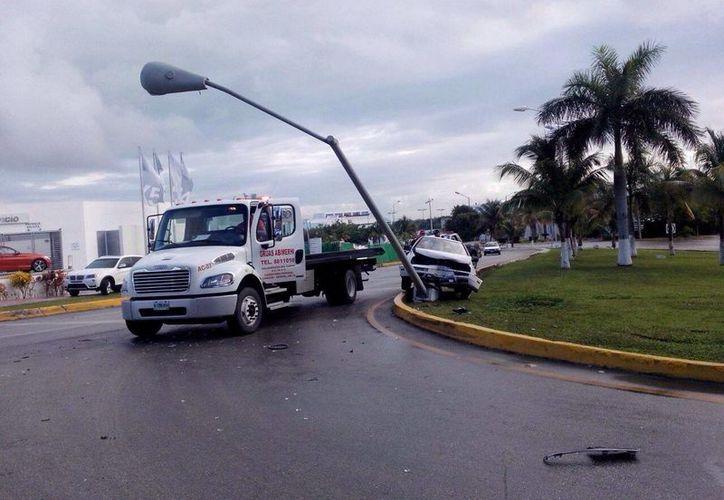 Los peritos cerraron la calle para retirar el vehículo. (Redacción/SIPSE)
