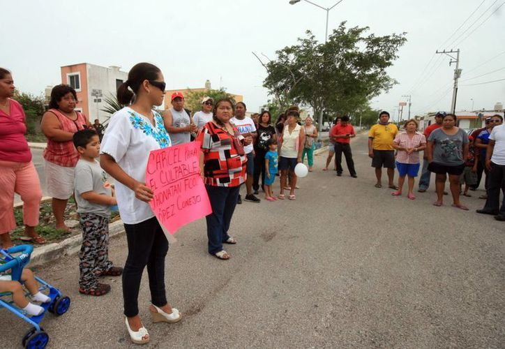 Imagen del plantón que realizaron algunos habitantes de Caucel en protesta por la liberación de uno de los involucrados del accidente donde murió una mujer. (Milenio Novedades)