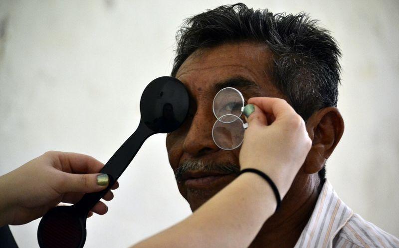2a02b022db Primero se realiza un estudio de optometría a los beneficiados. (Milenio  Novedades)