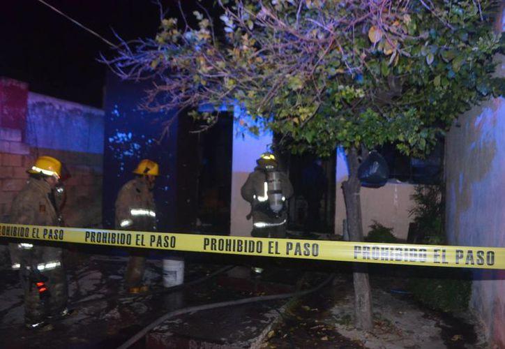 Vecinos reportaron fuego en una casa donde se halló a una mujer. Los criminales pudieron haber sido sorprendidos cuando intentaban robar y decidieron matarla. (Milenio Novedades)