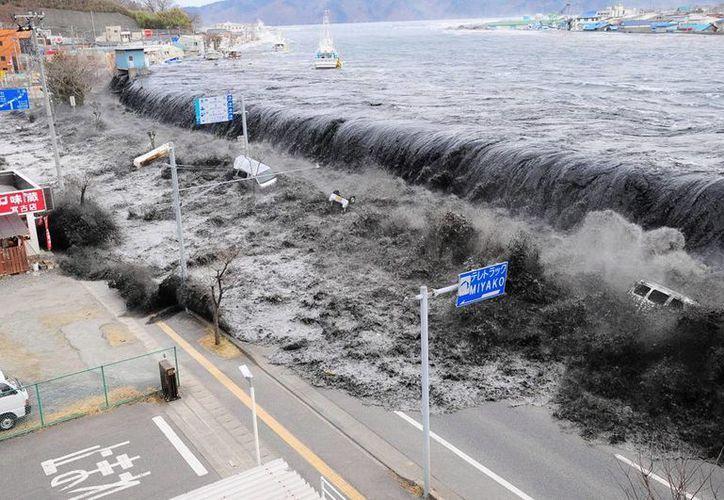 Los tsunamis han dejado más de dos mil 500 muertos en la región desde la mitad del siglo XIX. Imagen de un tsunami en Japón. (Archivo/AP)