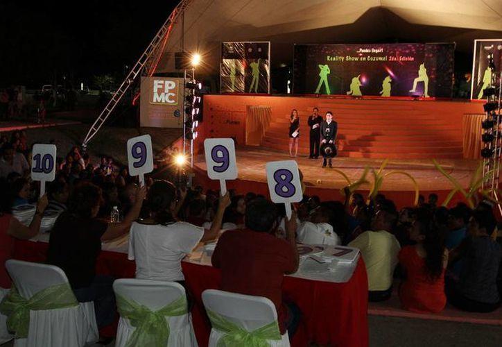 Las autoridades durante la calificación a los concursantes. (Cortesía/SIPSE)
