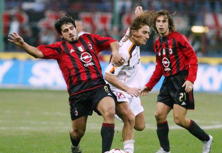 Gattuso (i) disputa el balón contra Totti en un juego Milan-Roma. (trace.tv/Archivo)