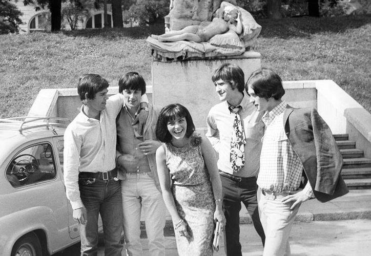 """The Kinks, liderado por Ray Davies y Dave Davies (extremo derecho), lograron nueve éxitos en el """"Top 10"""" británico y siete en EU. (EFE/Archivo)"""