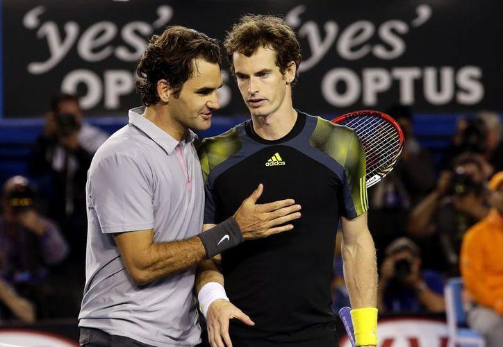 Federer (i) felicita por su victoria al británico Andy Murray tras la semifinal del Abierto de Australia disputada en Melbourne. (EFE)