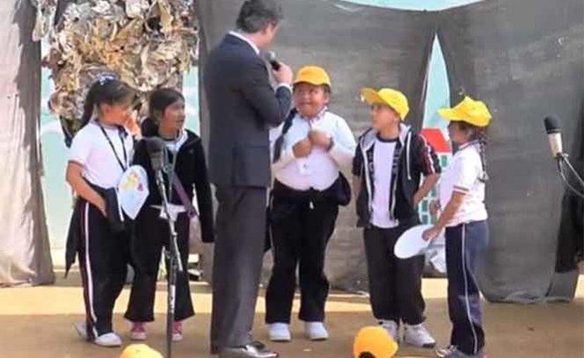 Andrea al dirigirse al titular de la SEP, Aurelio Nuño Mayer, en el marco de la 36 Feria Internacional del Libro Infantil y Juvenil de la Ciudad de México, el lunes 14 de noviembre de 2016. (Foto tomada de www.excelsior.com.mx)