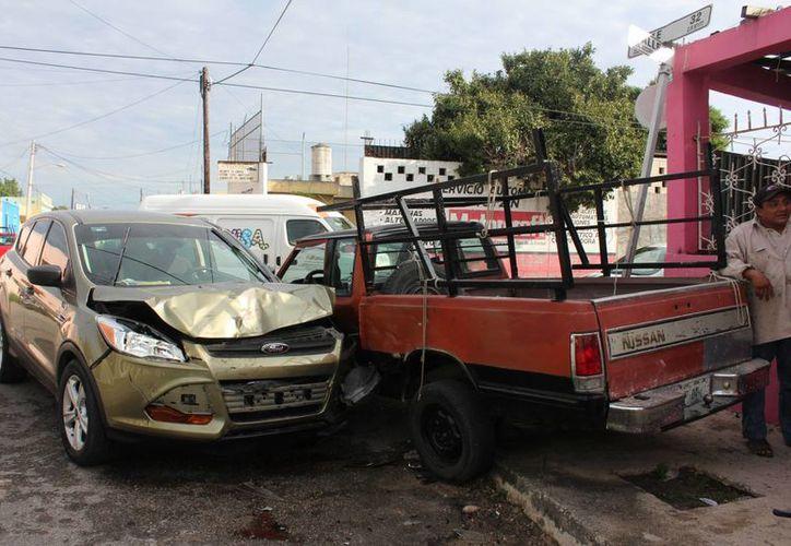 Una camioneta Escape con preferencia de paso chocó contra una camioneta de redilas que transportaba albañiles en la parte trasera. El incidente en la colonia Azcorra dejó 4 lesionados. (Fotos: Aldo/Milenio Novedades)
