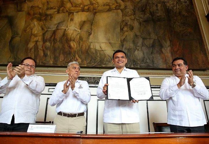 Ayer, el Gobernador firmó el decreto de creación del Fideicomiso de Alto Rendimiento Deportivo, en el que se invertirán de inicio 700 mil pesos. (Cortesía)