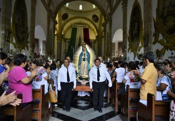 Custodios de la Virgen bajaron la imagen, que encabezó una procesión alrededor del parque. Muchos fieles se dieron cita en la iglesia. (Daniel Sandoval/Milenio Novedades)