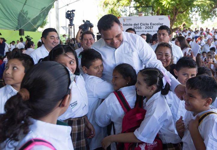 El gobernador Rolando Zapata y la presidenta del DIF Estatal, Sara Blancarte, hicieron entrega este lunes de paquetes de zapatos, uniformes, mochilas y útiles escolares, del programa  Bienestar Escolar. (Foto cortesía del Gobierno estatal)