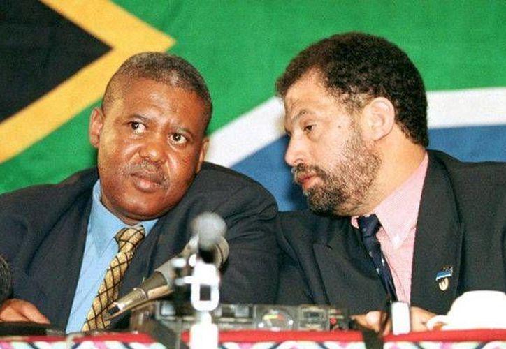 Molefi Oliphant (i), expresidente de la federación sudafricana de futbol, y  Danny Jordaan, director del comité organizador de la Copa Mundial del 2010, fueron acusados de otorgar sobornos a dirigentes de la Concacaf para que el torneo se realizará en el país sudafricano. (Archivo AFP)