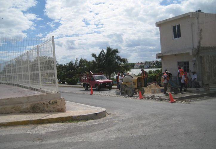 En la colonia Meteorológico y la colonia Cañotal se construyen los pasos peatonales. (Lanrry Parra/SIPSE)