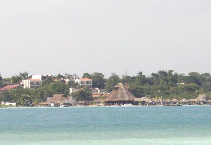 El tour ofrece un recorrido por la laguna de los siete colores de Bacalar. (Archivo/SIPSE)