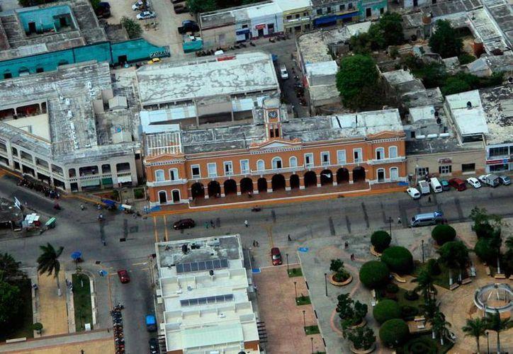 Vista aérea del Palacio Municipal de Motul, uno de los 8 ayuntamientos que tienen serios problemas por no liquidar, conforme a derecho, a los exempleados. (José Acosta/SIPSE-Archivo)