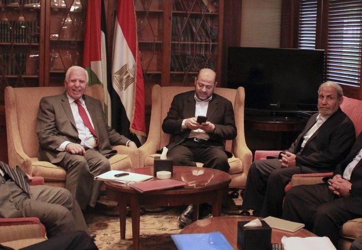 Azzam al-Ahmad (izq.), de Al Fatah, junto a los delegados de Hamas Musa Abu Marzouk (c) y Mahmoud Zahar en El Cairo. (EFE)