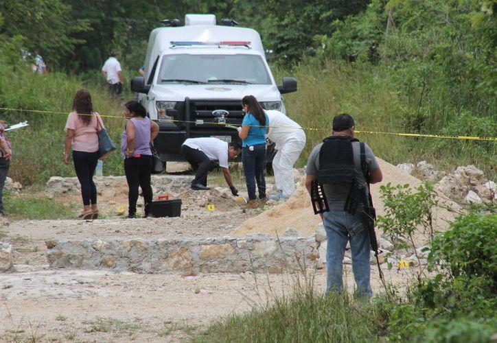 Las autoridades policíacas se dieron a la tarea de revisar la zona hasta que encontraron el cuerpo. (Redacción/SIPSE)