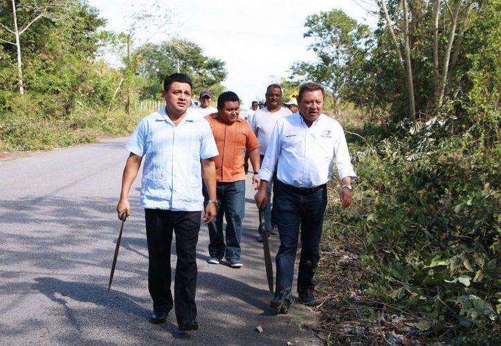El alcalde e integrantes del Cabildo encabezaron los trabajos. (Raúl Balam/SIPSE)