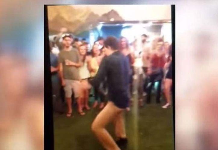 Momento en que el agente bailaba, sin imaginar lo que pasaría después. (Internet)