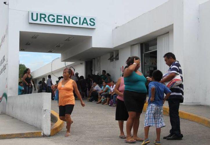 Paramédicos de la Cruz Roja trasladaron al lesionado al Hospital General. (Redacción)