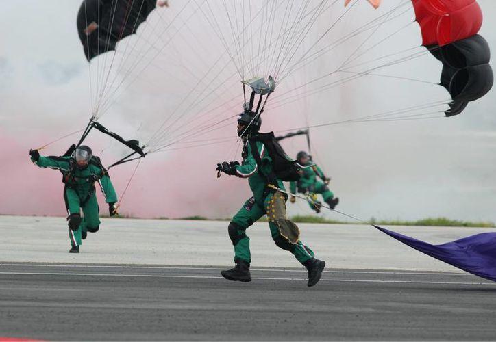 Por primera vez, el desfile militar será  dirigido por un mando naval. En la imagen, aspectos del ensayo de paracaidistas en Tecámac, Edomex, para el desfile de este martes. (Notimex)