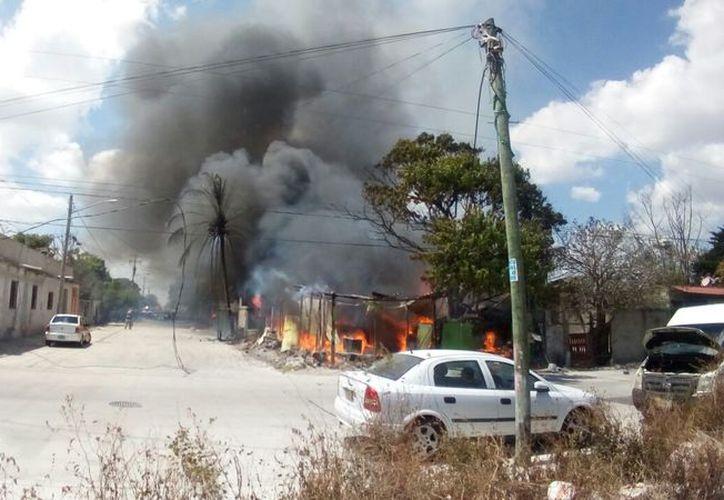 El incendio de las palapas se registró en la manzana 44, de la Región 230, sobre la calle 83. (Eric Galindo/SIPSE)