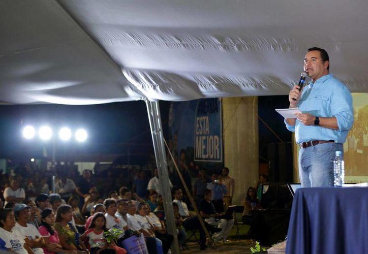El alcalde de Mérida, Renán Barrera, rindió este martes por la noche en Komchén su último informe de gobierno. (Foto: cortesía del Ayuntamiento de Mérida)