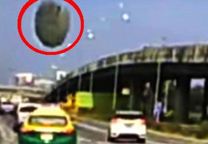 La situación fue grabada desde un auto que circulaba detrás del vehículo 'afectado'. (Foto: Captura de pantalla).