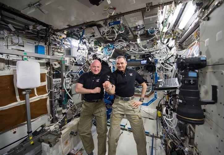 Scott J. Kelly y su compañero en la Estación Espacial Internacional Mikhail Kornienko, regresarán a la Tierra después de un año en el espacio. (AP)