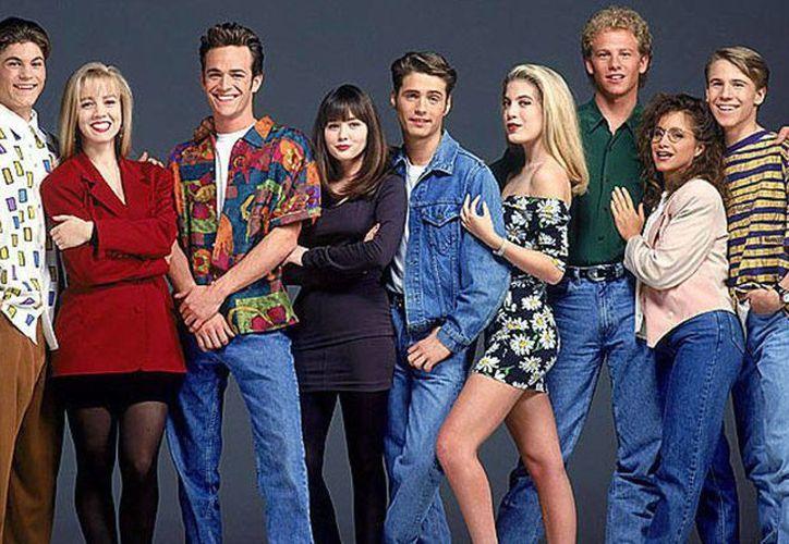 Producida por Aaron Spelling, 'Beverly Hills 90210' es una de las series más recordadas de la década de los 90's. En su temporada más exitosa alcanzó una media de 21 millones de espectadores, que siguieron por diez años esta historia enlazada de varios jóvenes californianos. (Archivo CBS)