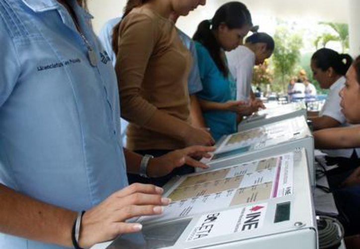 Ayer estudiantes universitarios participaron en una consulta escolar que fue realizada a través de las urnas electrónicas del INE.  (Octavio Martínez/SIPSE)