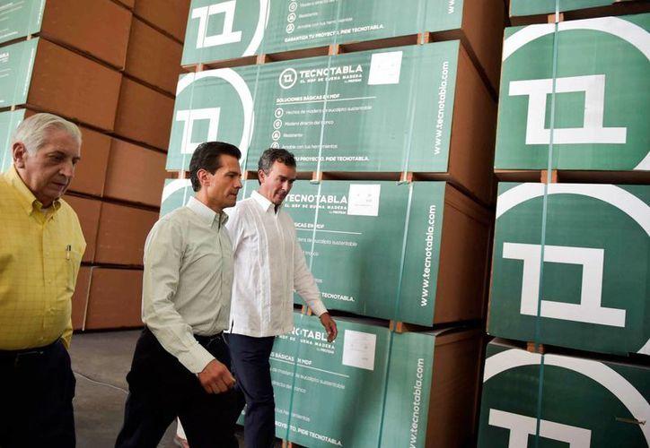 Peña Nieto visitó el estado de Tabasco para inaugurar las instalaciones de una fábrica de tablas de madera, en el municipio de Huimanguillo. (Presidencia)