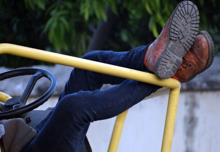 Los trabajadores al servicios del Gobierno del Estado  recibirán, en la primera quincena de mayo, aumento salarial. La imagen, de un trabajador, en las obras de la av. Colón, está utilizada sólo con fines ilustrativos. (SIPSE)