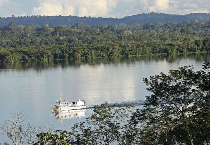 Foto de archivo del 29 de abril del 2006, un bote navega el río Tapajos, cerca del parque nacional de la Amazonia. (Agencias)