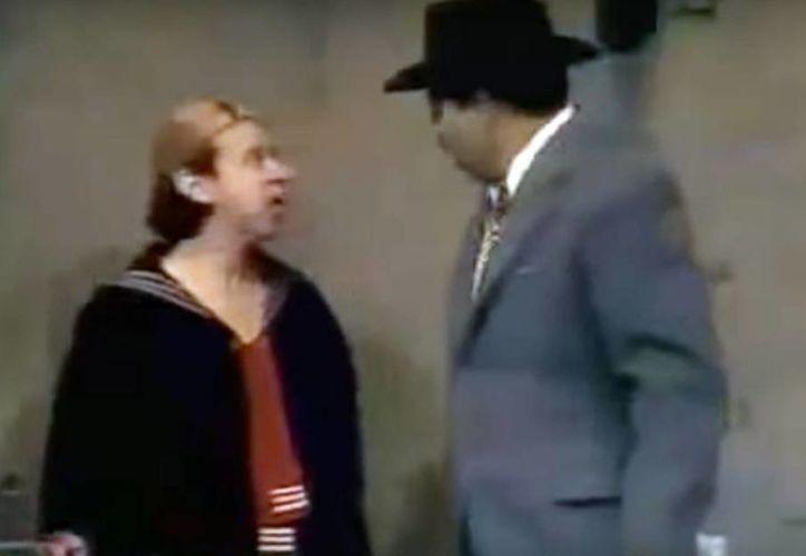 Carlos Villagrán (Quico) y Rubén Aguilar (el Profesor Jirafales) en una escena de la vecindad de El Chavo. (Captura de pantalla/Youtube)
