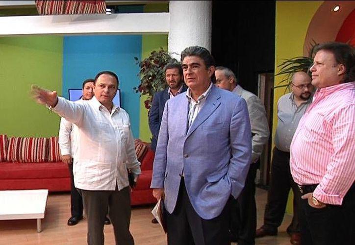El director general de Radio y Televisión de Grupo SIPSE, Alejandro García Gamboa (derecha), con sus visitantes en las instalaciones de Gala Televisión Mérida. (SIPSE)