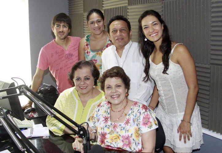 """Las locutoras Esperanza Nieto y Alis García con los invitados del programa """"Salvemos Una Vida"""". (Milenio Novedades)"""