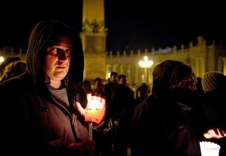 Hubo vigilia con velas y frailes tocando la guitarra. (www.vaticaninsider.lastampa.it)