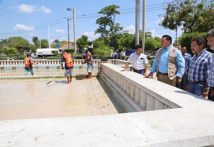 De acuerdo con un comunicado del Ayuntamiento, la limpieza de las fuentes de agua de la ciudad se realiza 2 veces por semana, es decir, 4 veces al mes. La imagen corresponde a la más grande de la ciudad: la del Parque de las Américas, en donde esta mañana estuvo el alcalde, Renán Barrera Concha. (Cortesía)