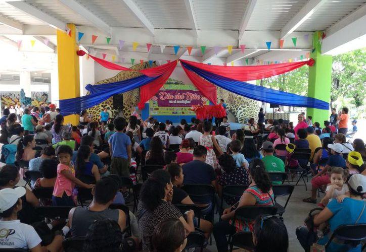 Padres de familia acompañaron a sus hijos a que participen y disfruten juegos programados en diversas áreas del zoológico. (Joel Zamora/SIPSE)