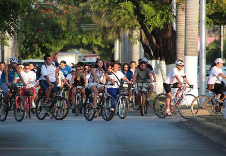 Un pelotón de aproximadamente 250 personas se dieron cita para dar un paseo en bicicleta por la isla. (Gustavo Villegas/SIPSE)