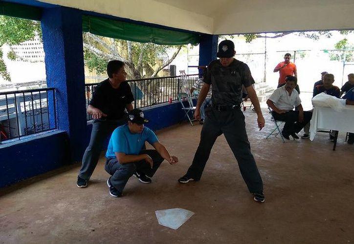 Humberto <i>Lobito</i> Saiz explica una jugada en el pentágono. (SIPSE)