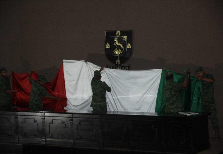 La retirada de las banderas del salón de plenos del ahora ex Congreso de Yucatán fue el último acto que se celebró en ese edificio. (SIPSE)