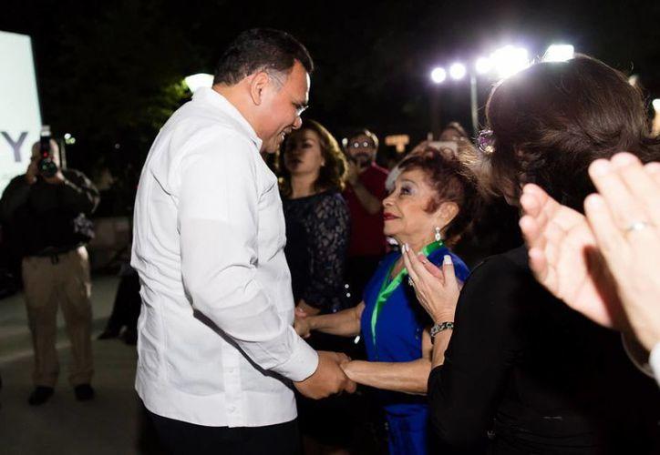 El gobernador de Yucatán, Rolando Zapata Bello, entregó a Socorro Cerón Herrera, la medalla Bellas Artes 2017. (Milenio Novedades)