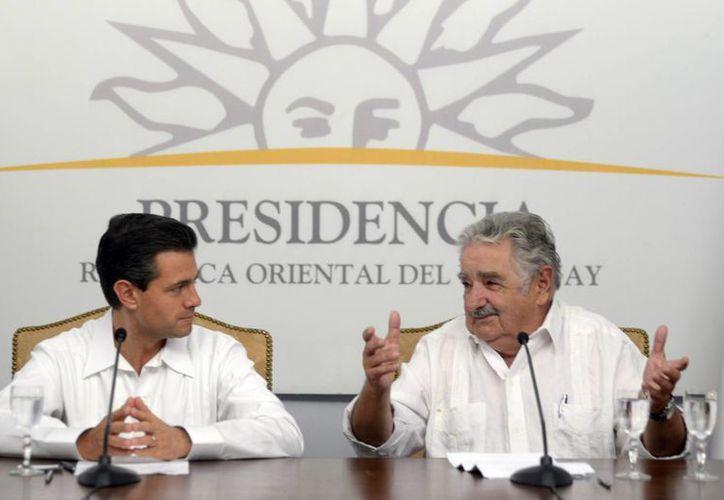 El presidente de México, Enrique Peña Nieto y el presidente de Uruguay, José Mujica, durante una conferencia de prensa conjunta en Montevideo, Uruguay. (Agencias)