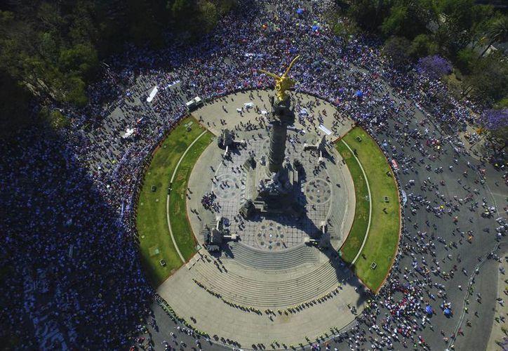 Según la policía capitalina, unas 20 mil personas participaron en la marcha 'Vibra México'. (AP/Christian Palma)