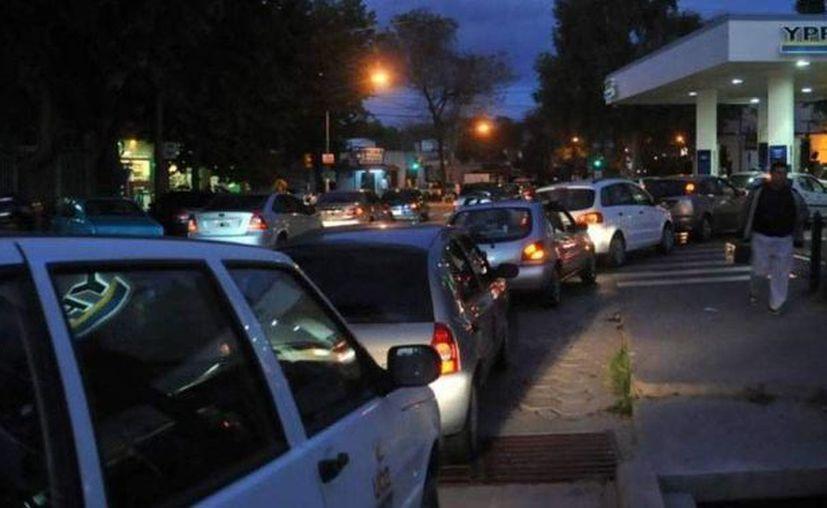 Largas filas se formaron en gasolineras argentinas ante el temor de que el paro de camioneros provoque desabasto de combustible. (imagen de contexto/eltelegrafo.com.ec)