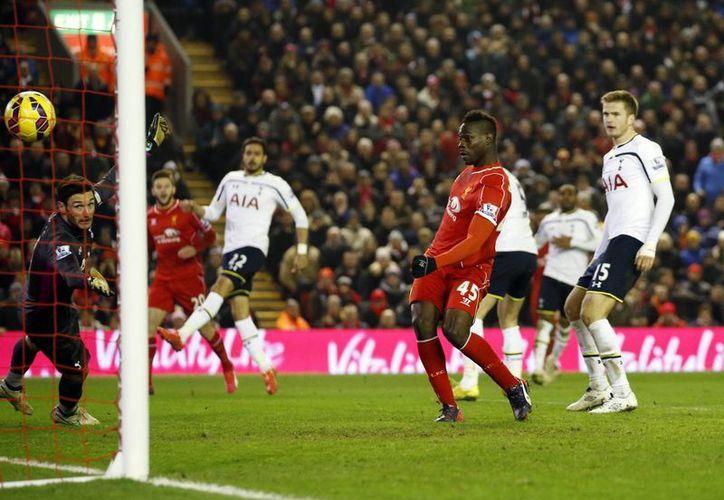 Balotelli no había podido estrenarse como goleador con Liverpool, pero esta martes solo tuvo que empujar la pelota al fondo de las redes de Tottenham. (Foto: AP)