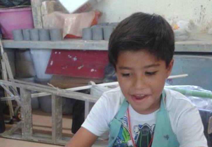 Durante el curso aprenderán a utilizar el torno alfarero, el horno cerámico y las técnicas básicas. (Licety Díaz/SIPSE)