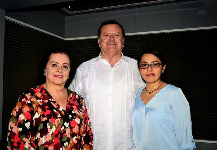 Esperanza Nieto y Jorge Barrera, conductores de Salvemos una vida, que se transmite por Amor 101.1 de Grupo SIPSE, acompañados de la psiquiatra Mónica Sánchez Pérez. (D. Sandoval/ Milenio Novedades)