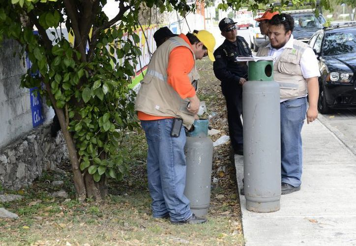 Inspectores de Protección Civil revisan los cilindros de gas butano. (Cuauhtémoc Moreno/SIPSE)